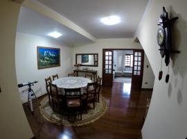 Confortável casa de madeira, hotel perto de Parque Aquático Walter World, Poços de Caldas