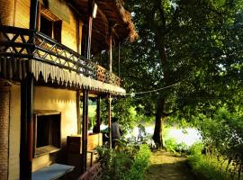 Happy Lemon Tree lodge, glamping site in Sauraha