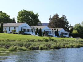 Premier Waterfront Cottage 1, holiday home in Riverhead