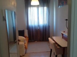Stanza in Appartamento Condiviso Arredato (WOMEN ONLY / SOLO DONNE), δωμάτιο σε οικογενειακή κατοικία στο Μιλάνο