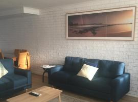 Sunlit Townhouse, hotel near Empire Bay Marina, Kincumber