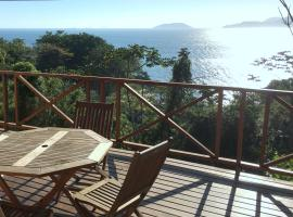 Propriedade a 80 metros da praia do Curral, family hotel in Ilhabela