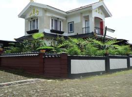 Villa Cipanas, family hotel in Cianjur