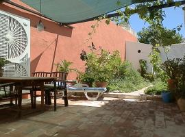 Tavira Townhome with private Garden, cabin in Tavira