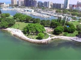 Heart of Downtown 5 min to Beach Stunner Studio, apartment in Sarasota