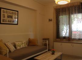 Liza's ground floor apartment, hotel near TEI Piraeus, Piraeus
