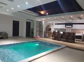MANSÃO FRENTE A PRAIA - Locação de suítes com área de lazer compartilhada, family hotel in Ubatuba