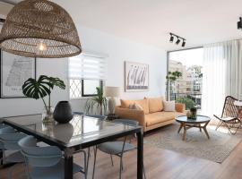 Stylish Beach Apartment On Ben Gurion Blv, apartment in Tel Aviv