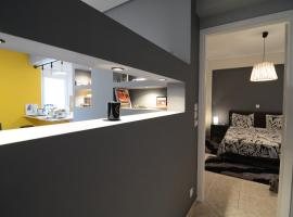 Luxurious apartment next to the airport, hotel in Markopoulo