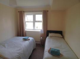 13 Victoria Road Apartment, hotel near Penarth Railway Station, Cardiff