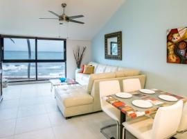 BV103 - Amazing Oceanfront Condo steps from beach, hotel in Humacao