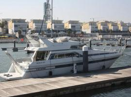 Beautiful and magnific yacht for 6 persons, hotel in Lisbon