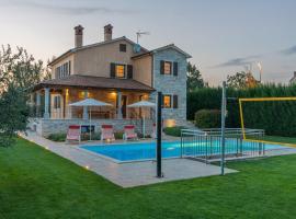 Spacious Villa Nikka with Beautiful Garden and Pool, hotel near Dvigrad Castle, Ladići