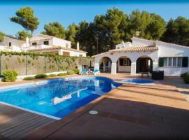 Chalet con piscina y jacuzzi (climatizado) para 8 personas, hotel en Es Mercadal