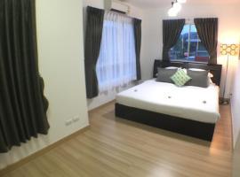 Junior house & Apartment, hotel near Khao Phra Thaeo National Park, Thalang