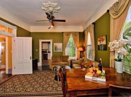 3 bedroom Victorian Stunner on Forsyth Park, B&B in Savannah