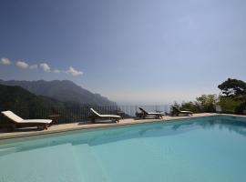 Ravello Villa Sleeps 10 Pool Air Con WiFi, villa in Ravello