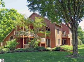 Spacious 2 Bed Condo at Crystal Mountain Resort, apartment in Thompsonville