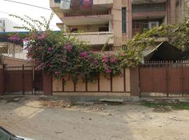 2 AC Rooms with Kitchen & Lounge near Ganges, apartment in Varanasi