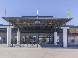 Quality Inn & Suites Saskatoon, hotel near J G Diefenbaker Airport - YXE, Saskatoon