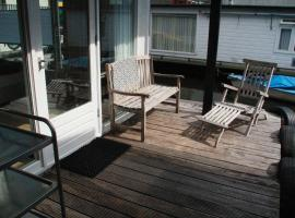Houseboat Studio Sooki, hotel near Amsterdam Olympic Stadium, Amsterdam