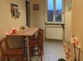 Appartement Cosy 4 personnes avec cour privée, pet-friendly hotel in Sens