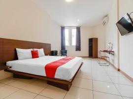 RedDoorz Plus @ Karebosi Area 2, hotel di Makassar