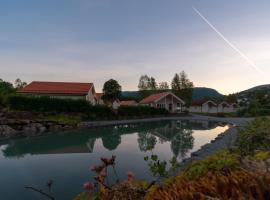 Jølstraholmen Camping og Hytter, hotel in Vassenden