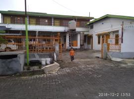 Losmen tokyo, pet-friendly hotel in Berastagi