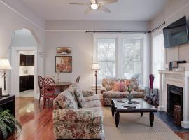 420Waldburg A · Modern Apt with Southern Charm Blocks from Forsyth, apartment in Savannah