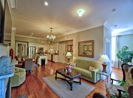 201 York #3 · Homey Downtown 2 Bedroom Steps from the River, apartment in Savannah