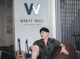 White Wall Poshtel, hostel in Phuket