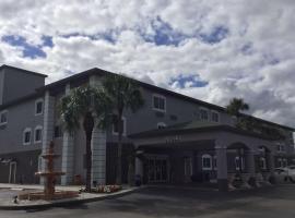 Days Inn & Suites by Wyndham Bonita Springs North Naples, hotel near Florida Gulf Coast University, Bonita Springs