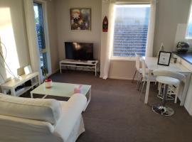 Whole storey 2 Bedrooms+Kitchen+Living room in Glen Waverley, hotel in Glen Waverley