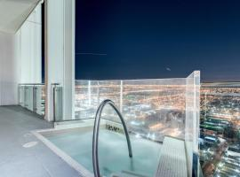 StripViewSuites Penthouse with Hot Tub on Balcony, serviced apartment in Las Vegas