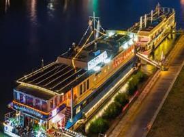 Eastern & Western Comfort Hotelboat, hotel in Friedrichshain, Berlin