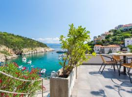 Seafront Apartment With Amazing Seaview, family hotel in Vrbnik