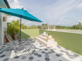 Casa Selva 3BR Jungle Penthouse with Private Pool and a Cenote in your backyard!, apartamento en Tulum
