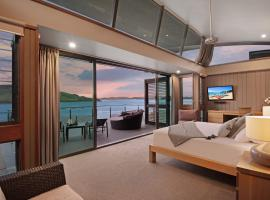 Yacht Club Villa 33 - Serenity - 4 Bedroom 4 Bathroom House Ocean Views 2 Buggies, apartment in Hamilton Island