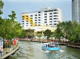 Tun Fatimah Riverside Hotel, hotel in Melaka