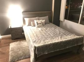 Amazing Spare Bedroom in Shared 2/B Condo behind Convention Center, homestay in Las Vegas