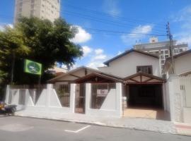 Pousada Casa Verde - quartos individuais - smart tv 32 - e banheiro privativo, family hotel in Itajaí
