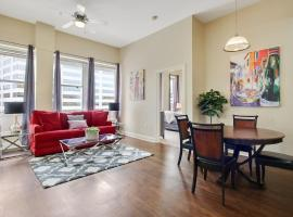 Couples GetAway Rooftop Walk Everywhere 2bdr, villa in New Orleans