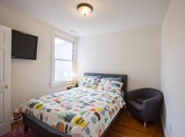 3-min walk to PETWORTH METRO STATION ;10 mins to CONVENTION CENTER: PRIVATE COZY and QUIET BEDROOM and BATHROOM, homestay in Washington, D.C.