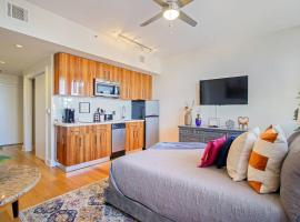 LUXE- Downtown Studio, Amazing Views, Rooftop Pool, villa in New Orleans