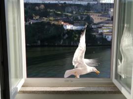 Red House By The River, hotel near Douro River, Porto