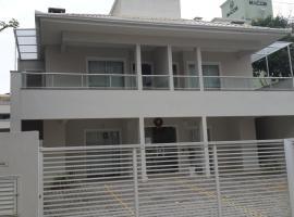 Apartamentos próximo à praia, hotel in Bombinhas