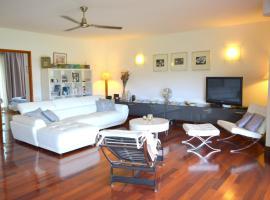 Sunset Beach Carlton- Tahiti - beachfront luxury residence & pool - 4 pers, apartamento em Punaauia