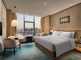 Ramada Plaza by Wyndham Xiangyang Xiangzhou, hotel in Xiangyang