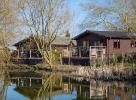 Fairwood Lakes Holiday Park, hotel in Westbury